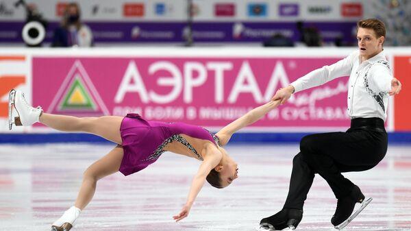 Александра Бойкова и Дмитрий Козловский выступают с произвольной программой в соревнованиях среди пар на чемпионате России по фигурному катанию в Челябинске.