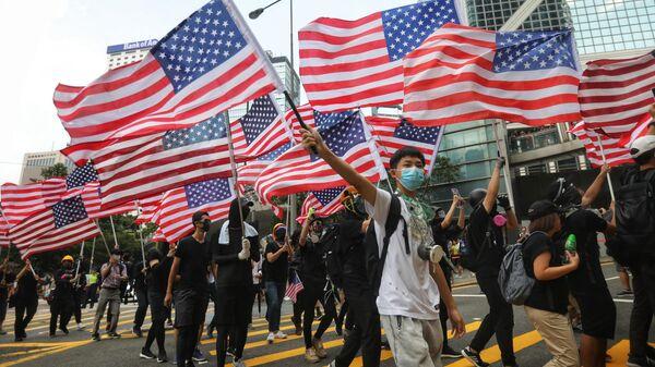 Люди с флагами США в Гонконге