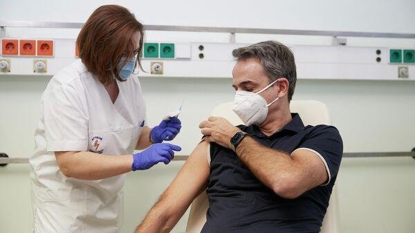 Премьер-министр Греции Кириакос Мицотакис во время вакцинации от коронавируса