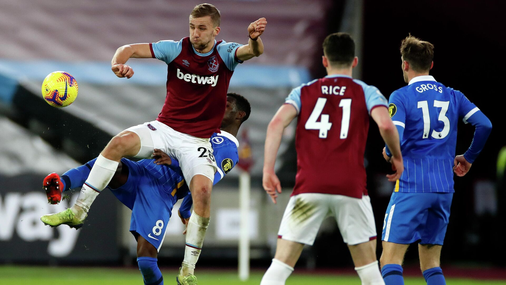 West Ham United's Czech midfielder Tomas Soucek (L) vies with Brighton's Ivorian midfielder Yves Bissouma (2nd L) during the English Premier League football match between West Ham United and Brighton and Hove Albion at The London Stadium, in east London on December 27, 2020. - The game finished 2-2. (Photo by PAUL CHILDS / POOL / AFP) / RESTRICTED TO EDITORIAL USE. No use with unauthorized audio, video, data, fixture lists, club/league logos or 'live' services. Online in-match use limited to 120 images. An additional 40 images may be used in extra time. No video emulation. Social media in-match use limited to 120 images. An additional 40 images may be used in extra time. No use in betting publications, games or single club/league/player publications. /  - РИА Новости, 1920, 27.12.2020