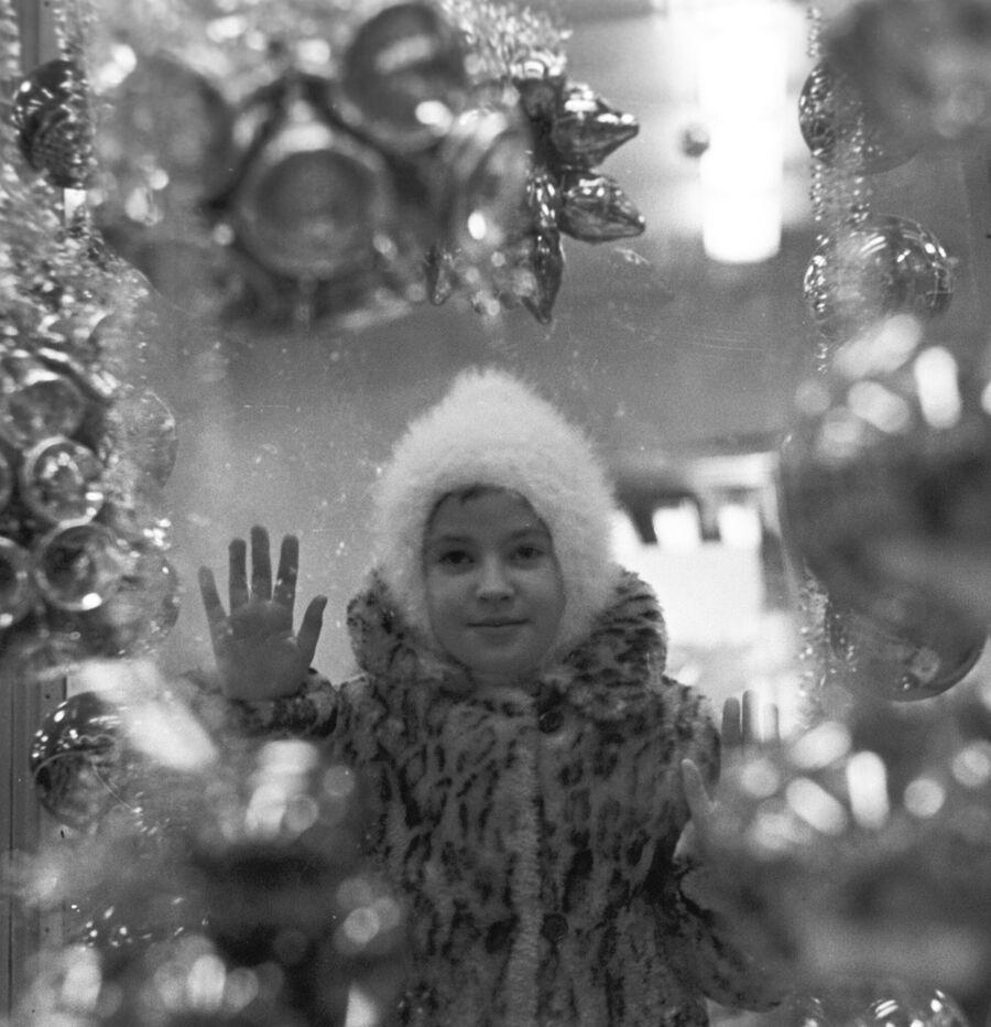 Девочка у витрины московского универсального магазина Детский мир