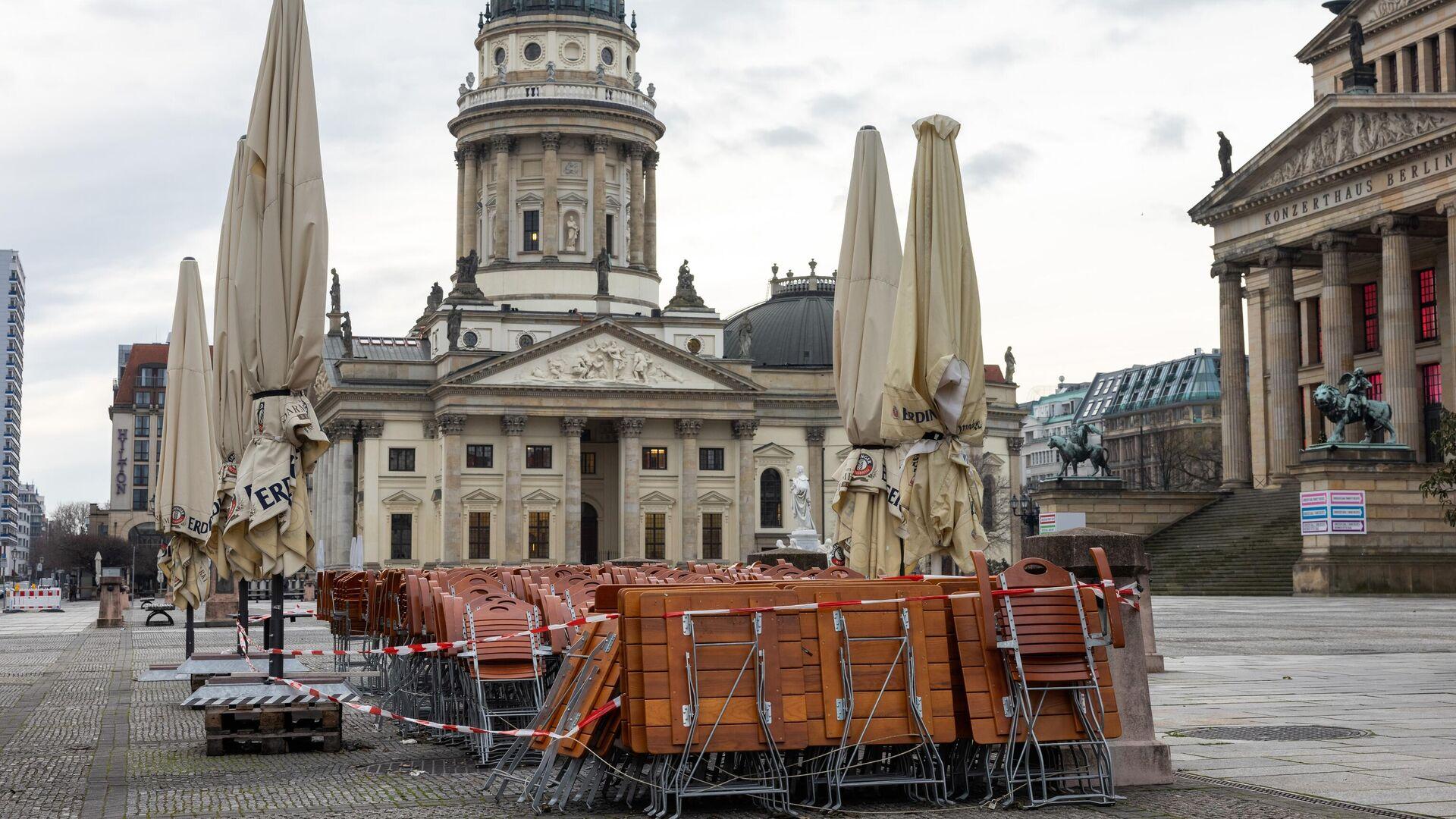 Столы и стулья возле кафе на площади Жандарменмаркт в Берлине - РИА Новости, 1920, 08.05.2021