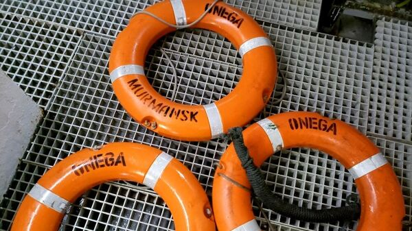 Спасательные круги с затонувшего рыболовного судна Онега, обнаруженные в ходе поисковой операции в Баренцевом море