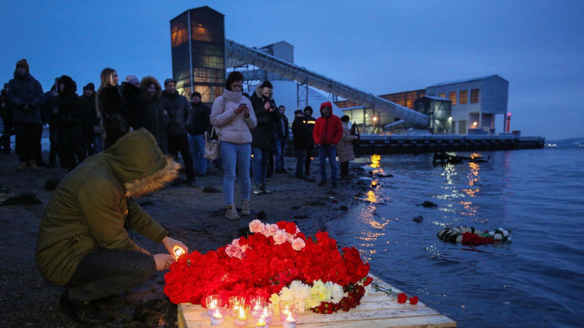 Стихийный мемориал, организованный жителями Мурманска в память о моряках судна Онега на пирсе на Нижне-Ростинском шоссе в Мурманске - РИА Новости, 1920, 14.01.2021