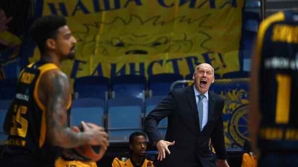Главный тренер БК Химки Римас Куртинайтис (справа) и игрок БК Химки Джордан Микки в матче 16-го тура регулярного чемпионата мужской баскетбольной Евролиги сезона 2020/2021 между БК Химки (Химки, Россия) и БК Олимпиакос (Пирей, Греция).