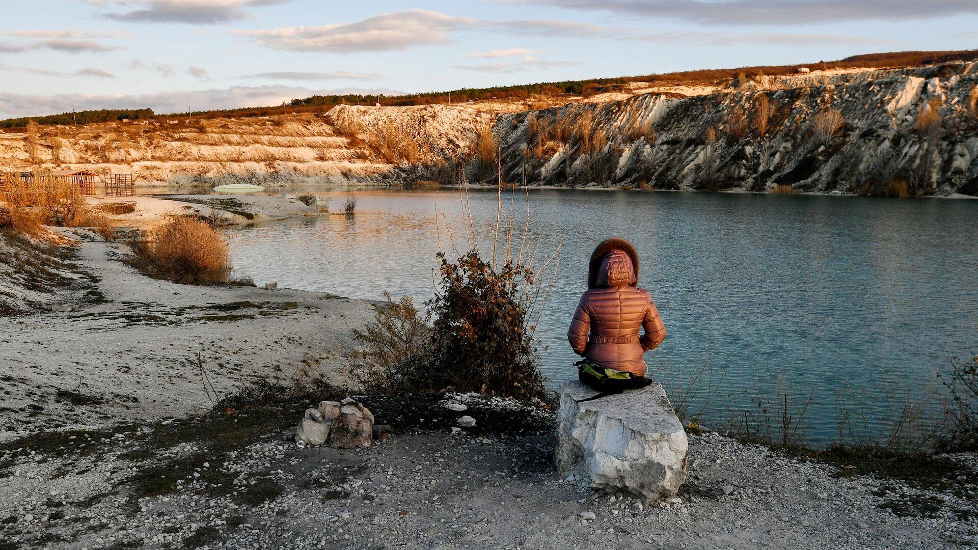 Девушка около Марсианского озера в селе Скалистое в Крыму - РИА Новости, 1920, 30.12.2020