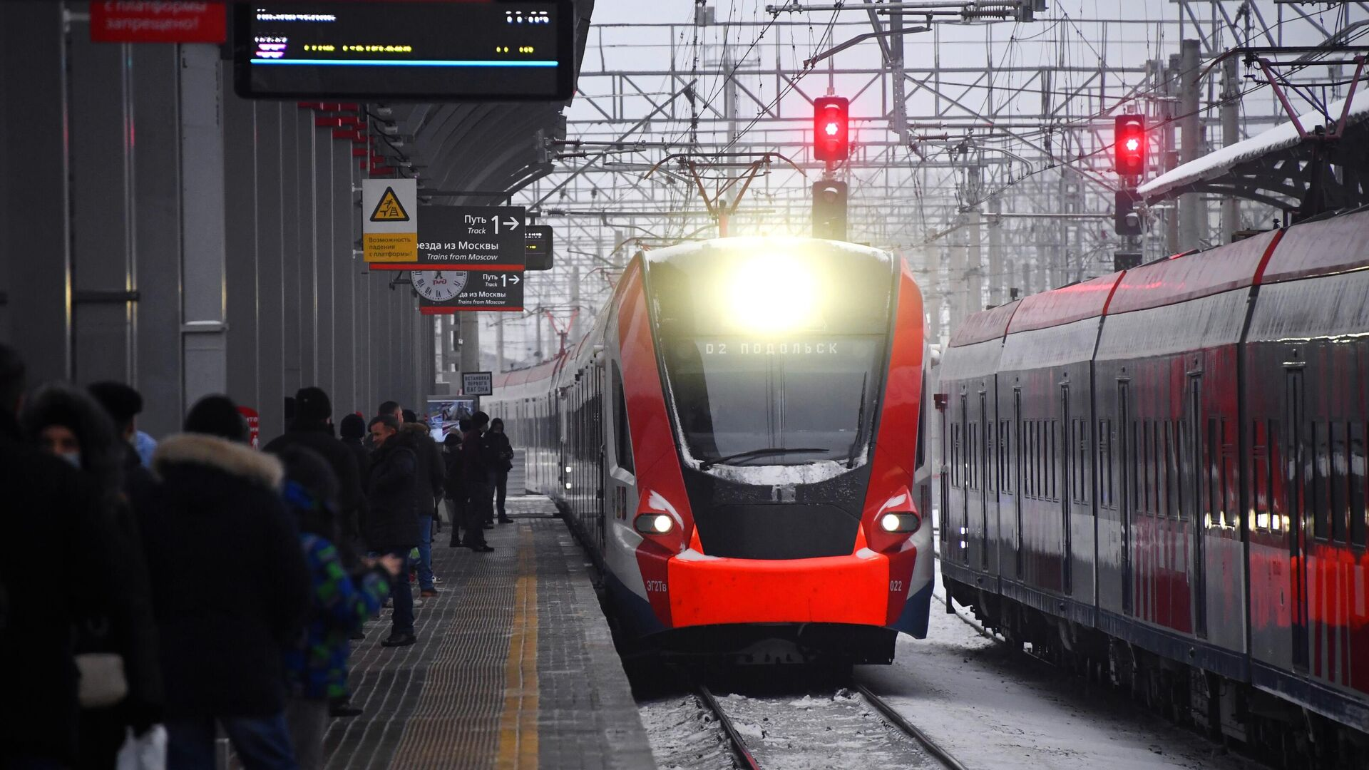 Пассажиры на перроне на станции Подольск в Московской области - РИА Новости, 1920, 01.04.2021