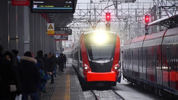 Пассажиры на перроне на станции Подольск в Московской области