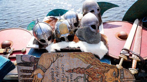 Шлемы и мечи на российской яхте в стиле древнерусской ладьи