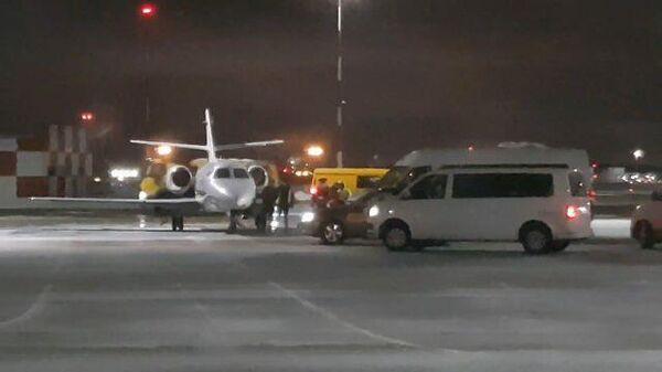 Вернувшиеся из Ливии российские и украинский моряки вышли из самолета в Шереметьево