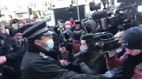 Полиция разгоняет сторонников Ассанжа у здания суда в Лондоне