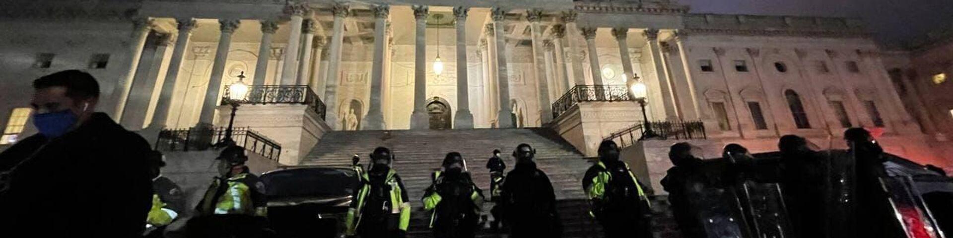 Полиция у здания Капитолия в Вашингтоне - РИА Новости, 1920, 06.01.2021