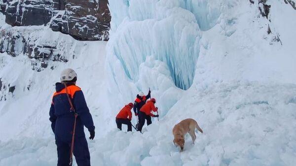 Сотрудники МЧС на месте обрушения льда на Вилючинском водопаде