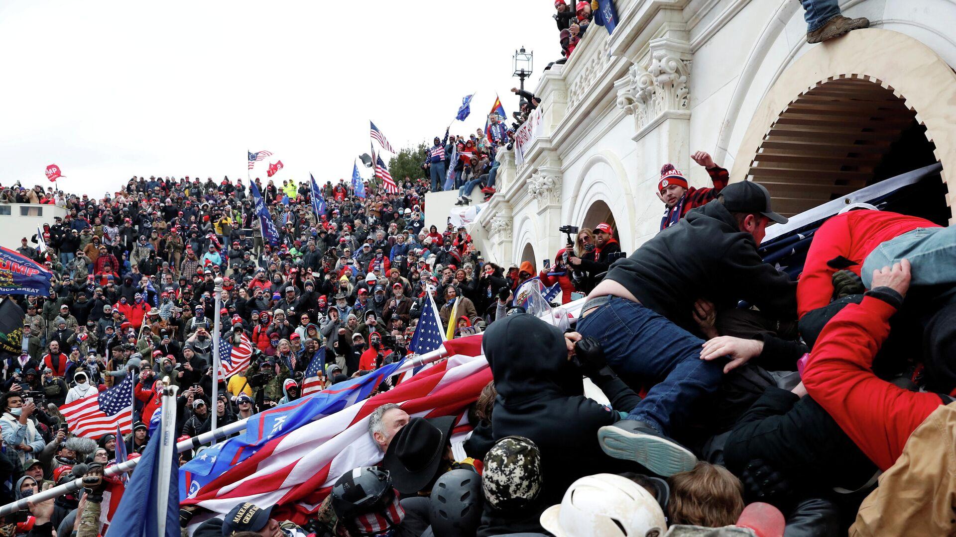 Участники акции сторонников действующего президента США Дональда Трампа у здания конгресса в Вашингтоне - РИА Новости, 1920, 09.01.2021