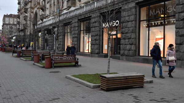 Малолюдная улица Крещатик в Киеве