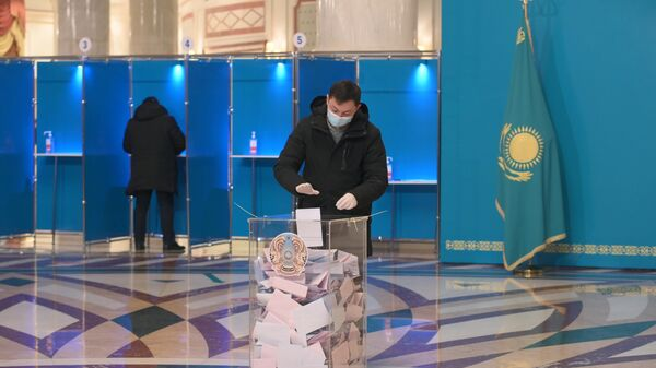 Мужчина на избирательном участке №115 в Нур-Султане, Казахстан