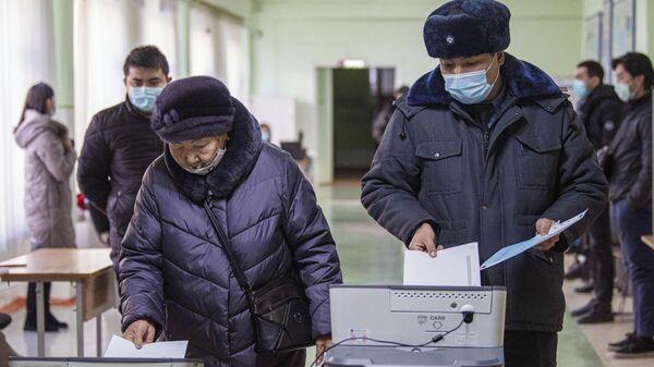 Избиратели на одном из избирательных участков в Бишкеке во время голосования на досрочных выборах президента Кыргызской Республики