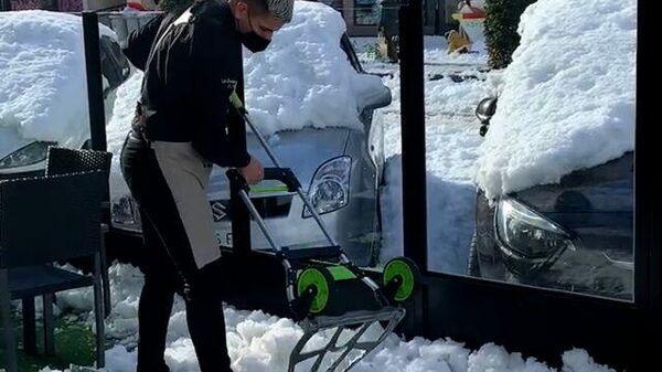 Мадридцы подручными средствами расчищают улицы от снега
