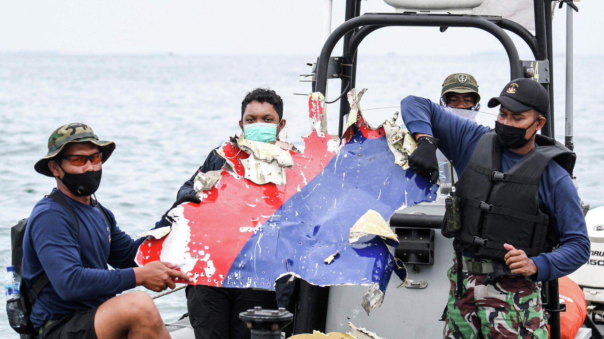 Фрагмент самолета, найденный у берегов острова Ява, где потерпел крушение самолет Boeing 737-500 - РИА Новости, 1920, 12.01.2021