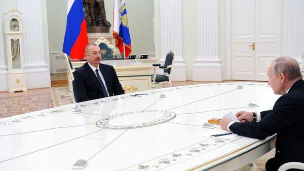 Президент РФ Владимир Путин и президент Азербайджана Ильхам Алиев во время трехсторонних переговоров по поводу ситуации в Нагорном Карабахе