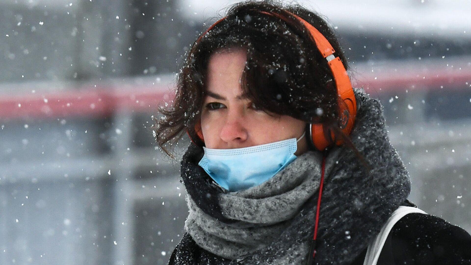 Девушка в медицинской маске на улице - РИА Новости, 1920, 12.01.2021