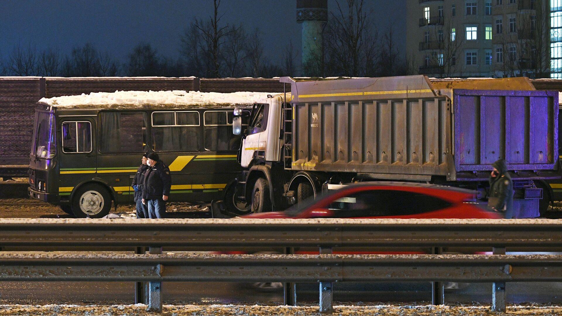 Водителя грузовика, попавшего в ДТП с военными автобусами, задержали