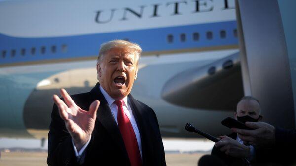 Президент США Дональд Трамп перед вылетом из Вашингтона