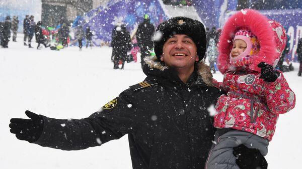 Мужчина с ребенком во время празднования Рождества