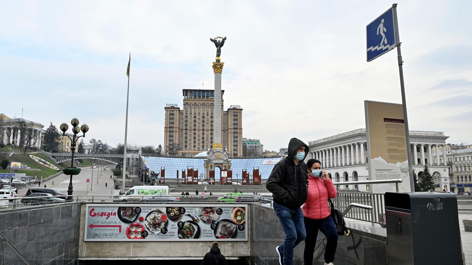 Люди в защитных масках на площади Независимости в Киеве - РИА Новости, 1920, 13.01.2021