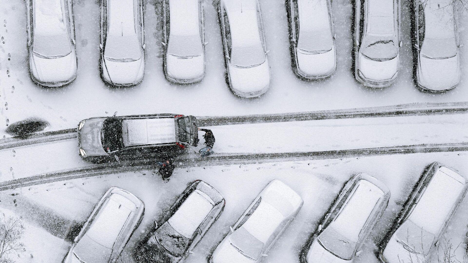Автомобили, занесенные снегом, во дворе одного из жилых домов Москвы - РИА Новости, 1920, 06.02.2021