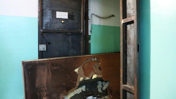 Поврежденная дверь в квартиру в жилом доме на улице Белорусской в Хабаровске, где произошел пожар