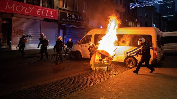 Полицейские во время акции протеста в столице Бельгии Брюсселе