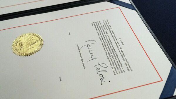 Подпись спикера Палаты представителей конгресса США Нэнси Пелоси в документе об импичменте президенту Дональду Трампу