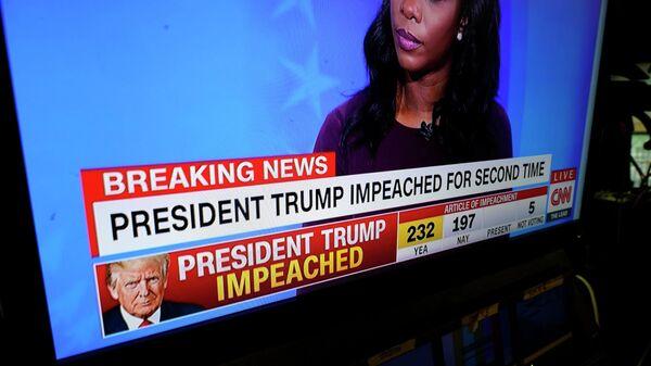 Мониторы в конференц-зале Белого дома показывают процесс импичмента против президента Дональда Трампа, проходящий в Капитолии в Вашингтоне
