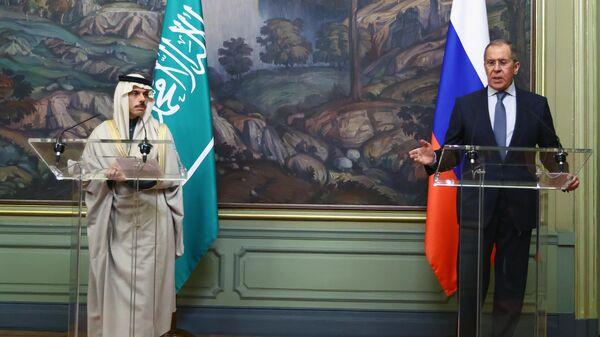Министр иностранных дел РФ Сергей Лавров и министр иностранных дел Саудовской Аравии Фейсал бен Фархан Аль Сауд во время совместной пресс-конференции