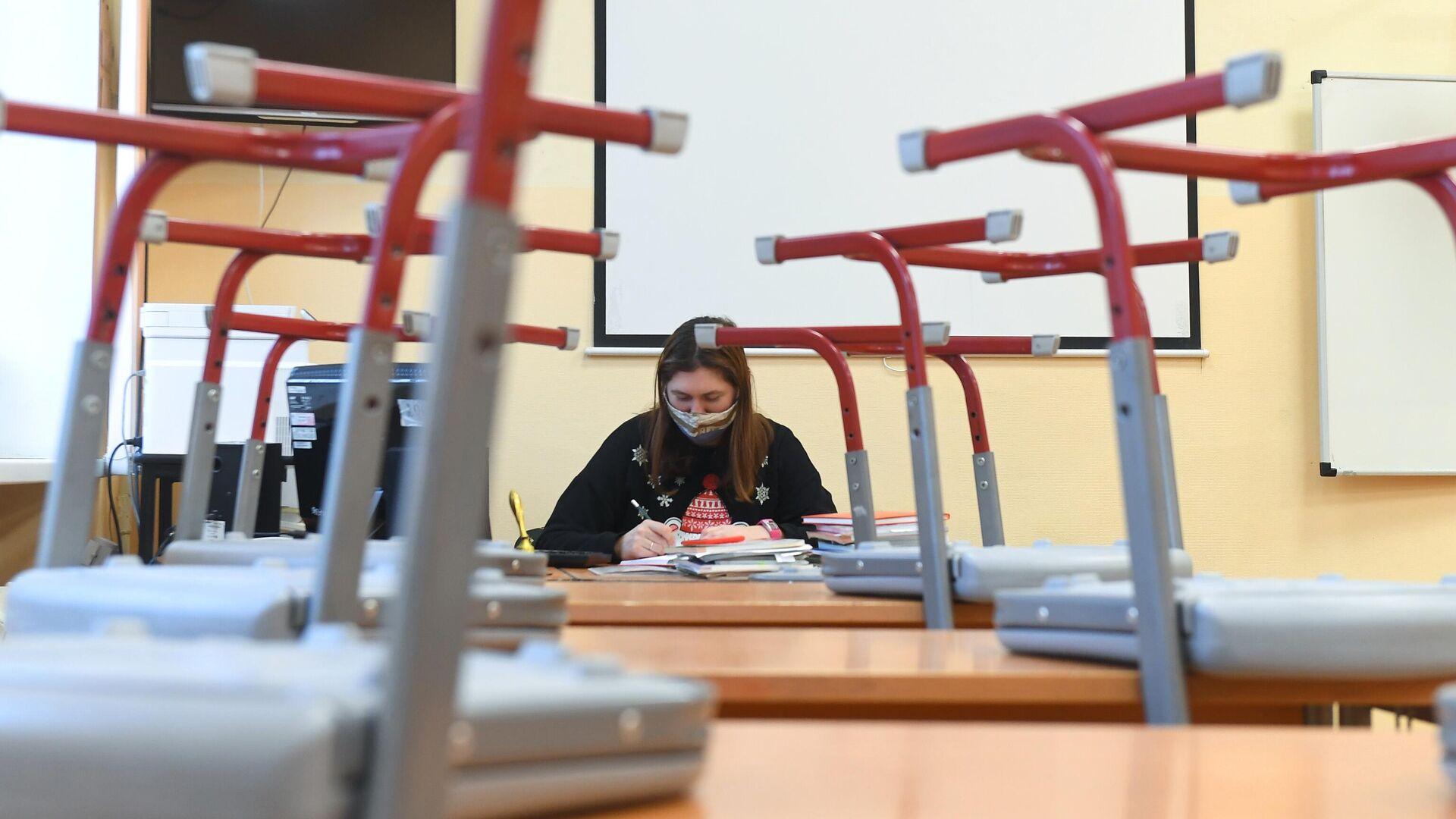 Преподаватель в учебном классе московской общеобразовательной школы №2107 во время подготовки к возобновлению очного обучения - РИА Новости, 1920, 08.04.2021