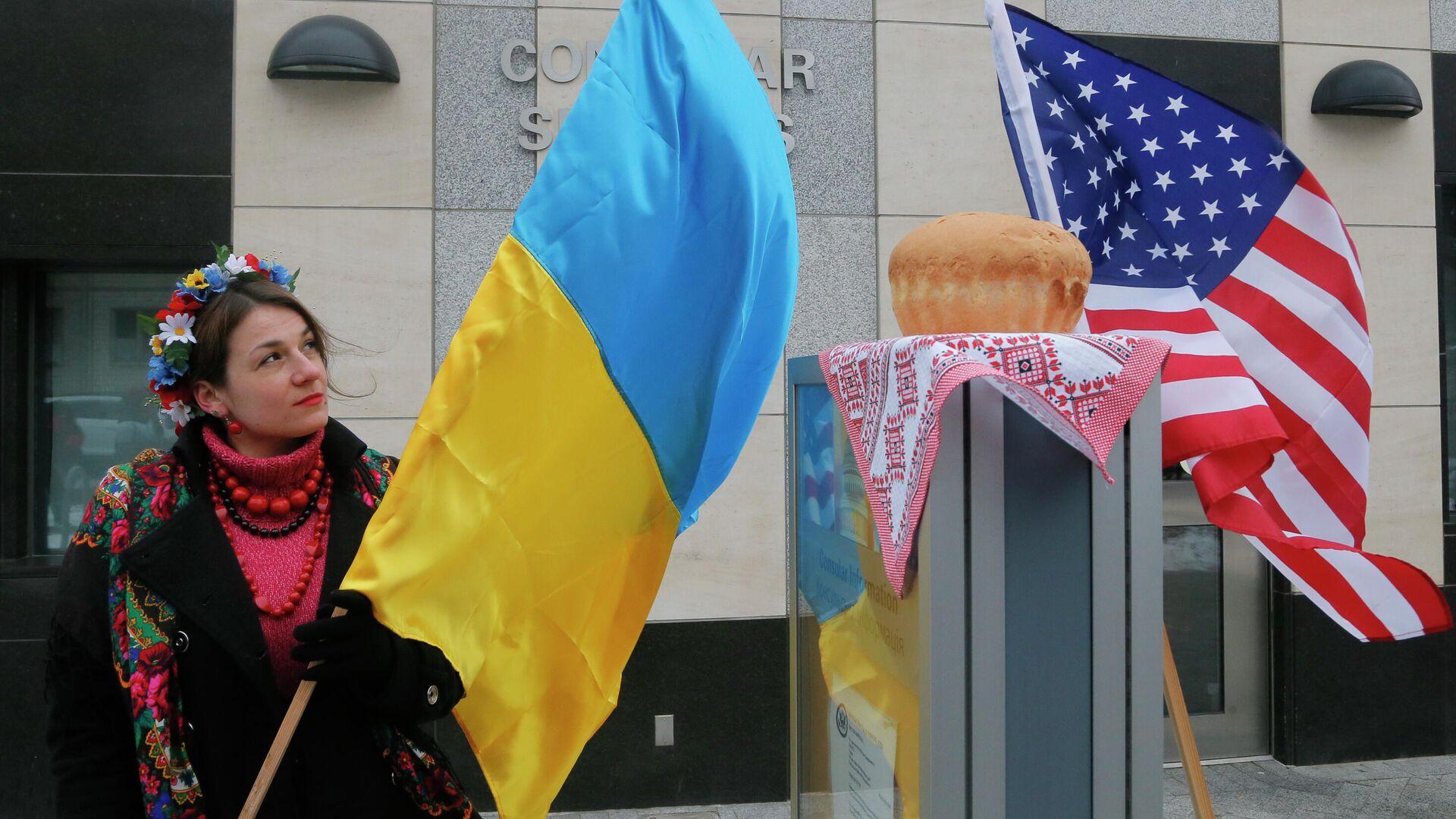 Женщина с флагом Украины у посольства США в Киеве  - РИА Новости, 1920, 16.01.2021