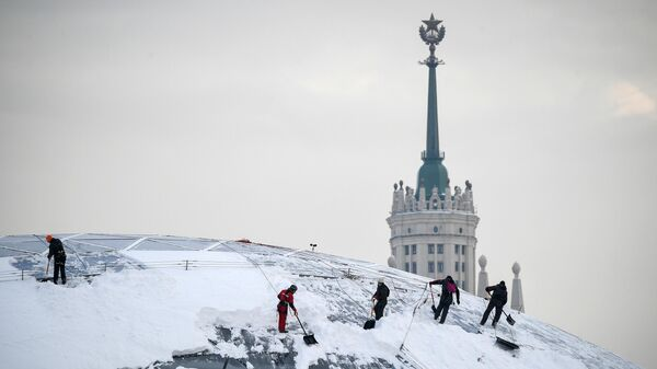 Уборка снега в парке Зарядье