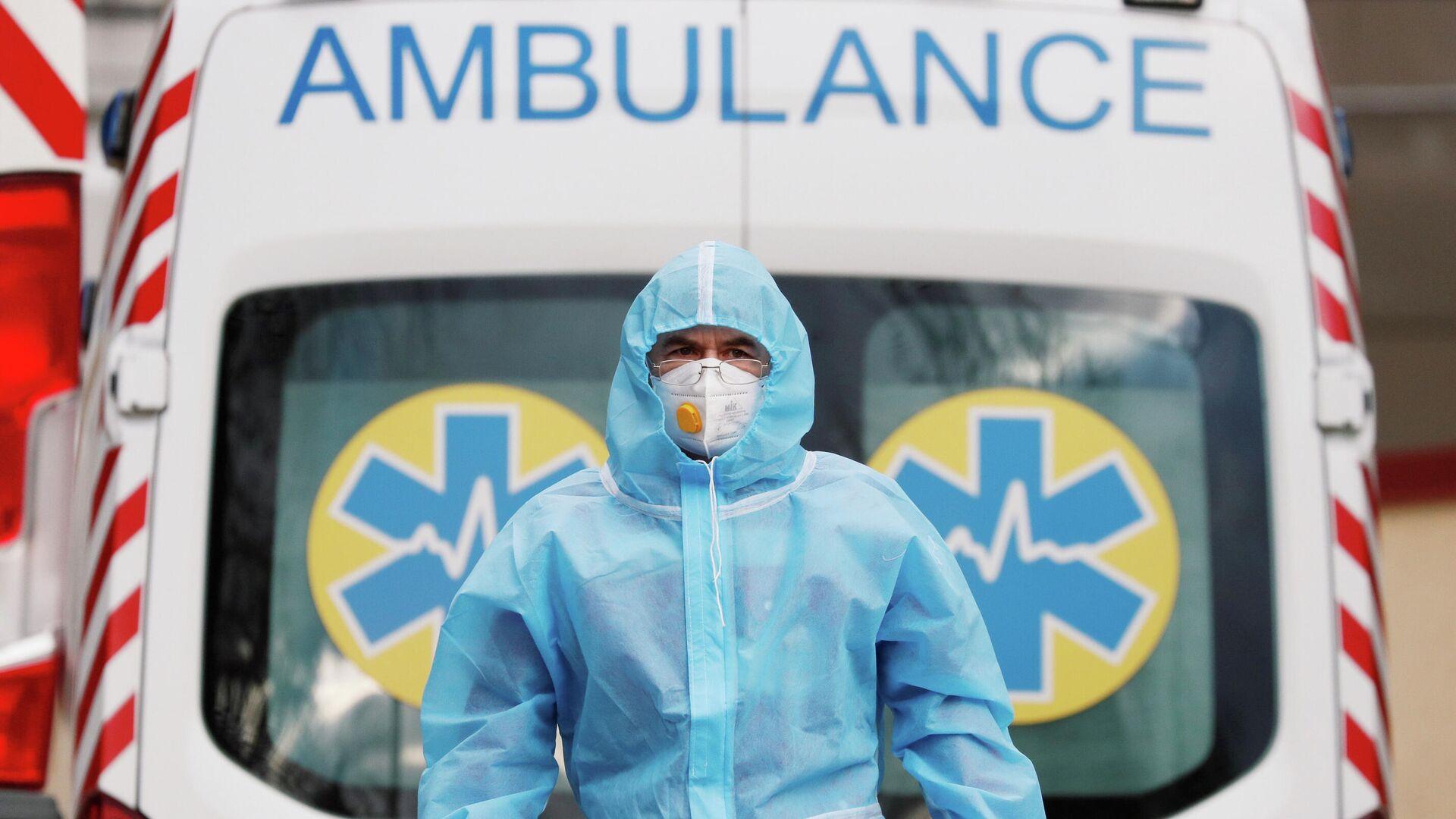 Медицинский работник возле больницы для пациентов c коронавирусом (COVID-19) в Киеве, Украина - РИА Новости, 1920, 07.02.2021
