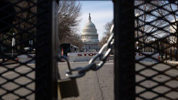 Металлическое ограждение на одной из улиц неподалеку от здания Капитолия в Вашингтоне