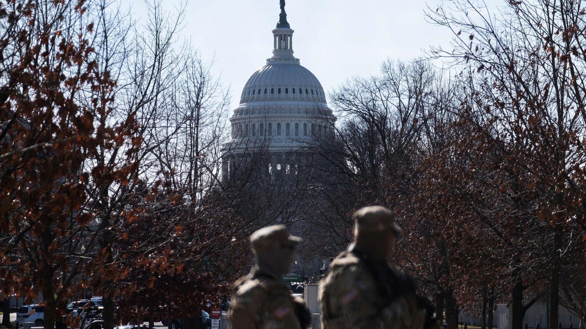 Военнослужащие Национальной гвардии дежурят неподалеку от здания Капитолия в Вашингтоне - РИА Новости, 1920, 17.01.2021