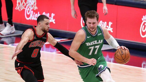 Баскетболист Даллас Мэверикс Лука Дончич (справа)