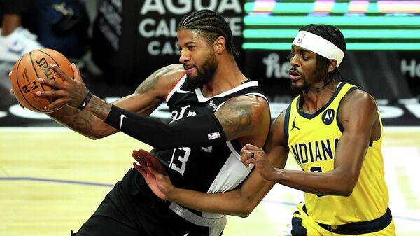 Баскетболисты Пол Джордж и Джастин Холидэй в матче НБА