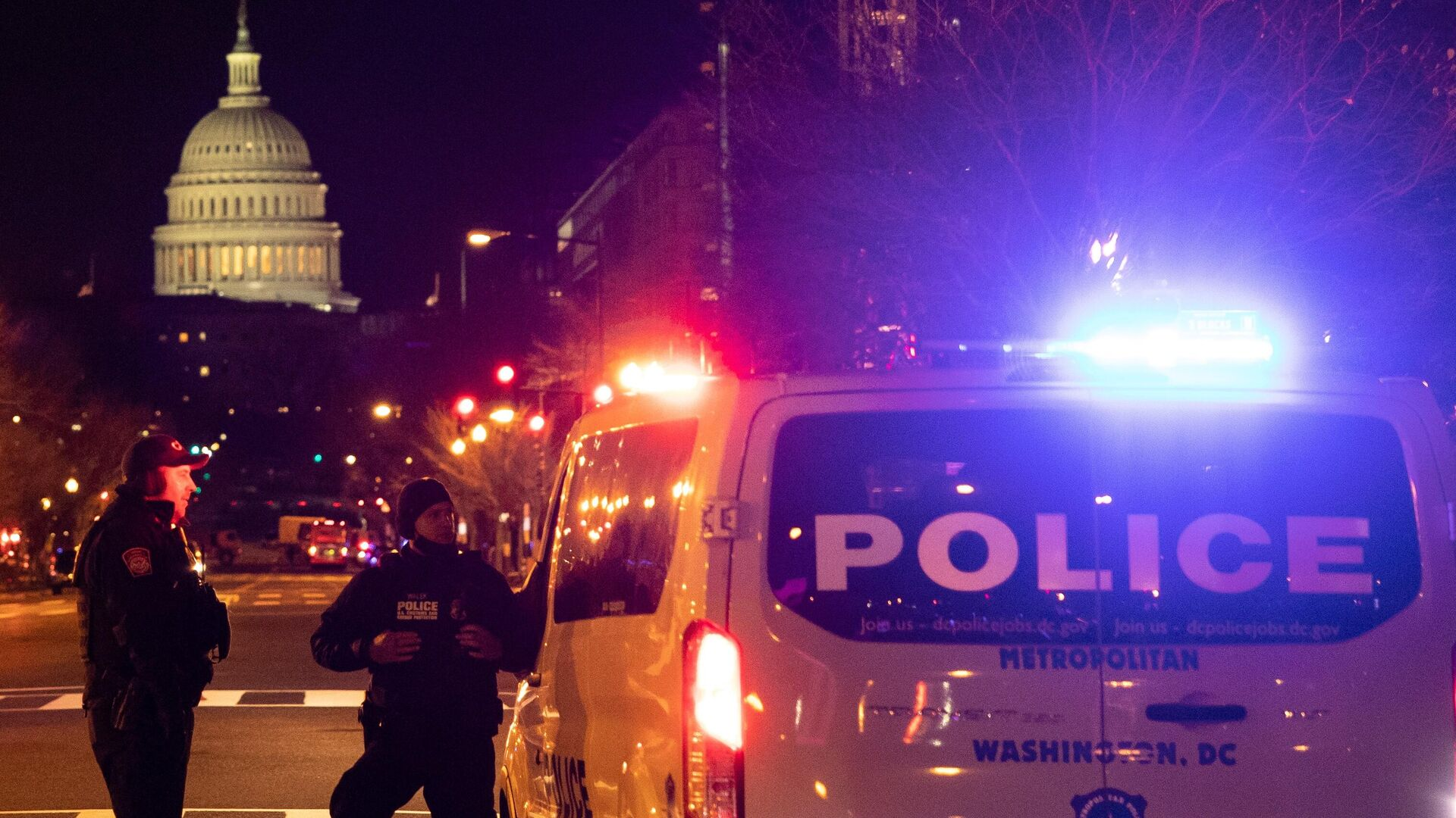 Полицейские дежурят на одной из улиц неподалеку от здания Капитолия в Вашингтоне - РИА Новости, 1920, 03.03.2021