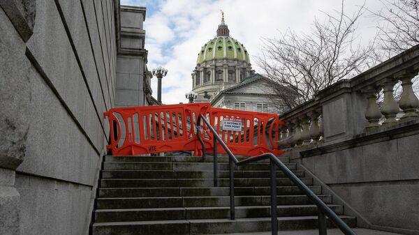 Ограждения у входа в здание Капитолия штата Пенсильвания в Гаррисберге