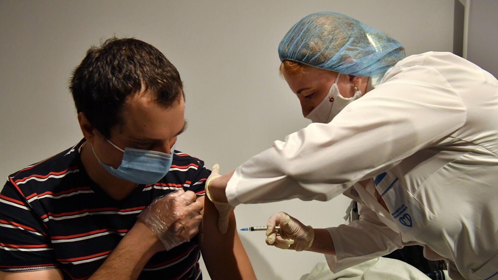 Мужчине делают прививку от коронавируса - РИА Новости, 1920, 18.01.2021