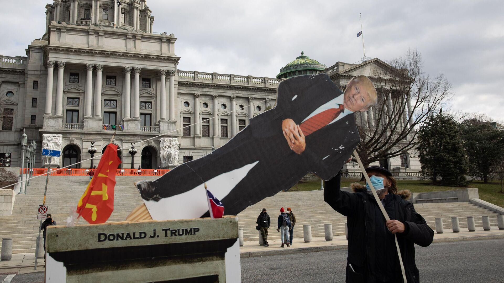 Картонная фигура с изображением президента США Дональда Трампа у Капитолия штата Пенсильвания в Харрисберге - РИА Новости, 1920, 19.01.2021