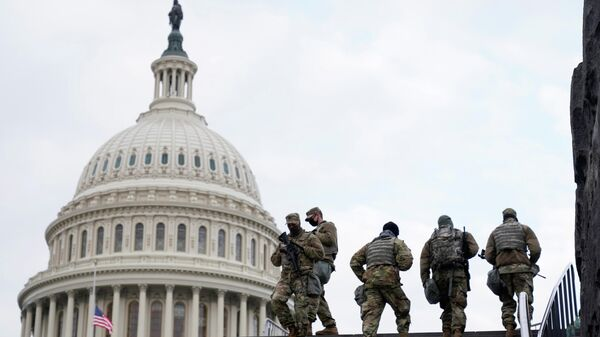 Сотрудники Национальной гвардии США у здания Капитолия в Вашингтоне