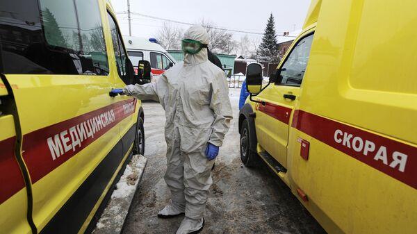 Фельдшер Тамбовской областной станции скорой медицинской помощи и медицины катастроф возле автомобиля скорой помощи
