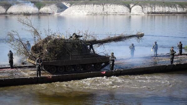 Переправка 152-мм самоходных гаубиц 2С19М2 Мста-С во время учений